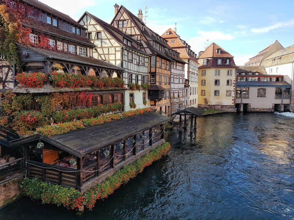 Starte deine Sightseeing-Tour durch Straßburg am Place de la Cathédrale.Das Liebfrauenmünster zu Straßburg, (auf französisch:Cathédrale Notre-Dame de Strasbourg) ist ein römisch-katholisches Gotteshaus und die Hauptsehenswürdigkeit der Stadt. Sie gehört zu den bedeutendsten Kathedralen Europas sowie zu den größten Sandsteinbauten der Welt. Von 1647 bis 1874 - also 227 Jahre lang - war es mit seinen 142 Metern das größte Gebäude der Welt. Das Münster ist bis heute das Wahrzeichen des Elsasses und bereits vom 3 km entfernten deutschen Rheinufter, den Vogesen und sogar vom Schwarzwald aus sichtbar.